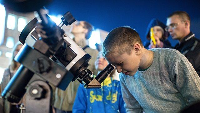 Мальчик смотрит в телескоп. Архивное фото
