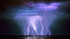 Финалист конкурса Фотограф погодных явлений-2016. Graham Newman - Oil Tanker Guanabura hit by Lightning