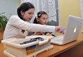 Ученики во время занятий по информатике