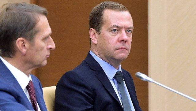 Медведев обсуждает жёсткий бюджет насовещании сКудриным иминистрами