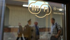 Наклейка на окне поезда метро, обозначающая возможность доступа к интернету через сеть wi-fi. Архивное фото