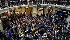 Люди стоят в очереди в торговом центре ГУМ во время старта продаж новых смартфонов iPhone. Архивное фото