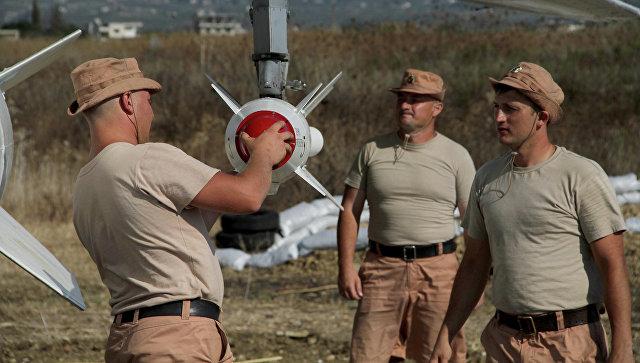 Российские военные подвешивают высокоточную ракету Х-25 к бомбардировщику Су-24. Архивное фото