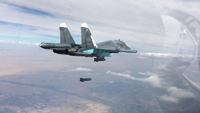 Истребитель-бомбардировщик Су-34 во время нанесения авиаударов. Архивное фото