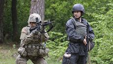 Американский и украинский военные во время учений. Архивное фото
