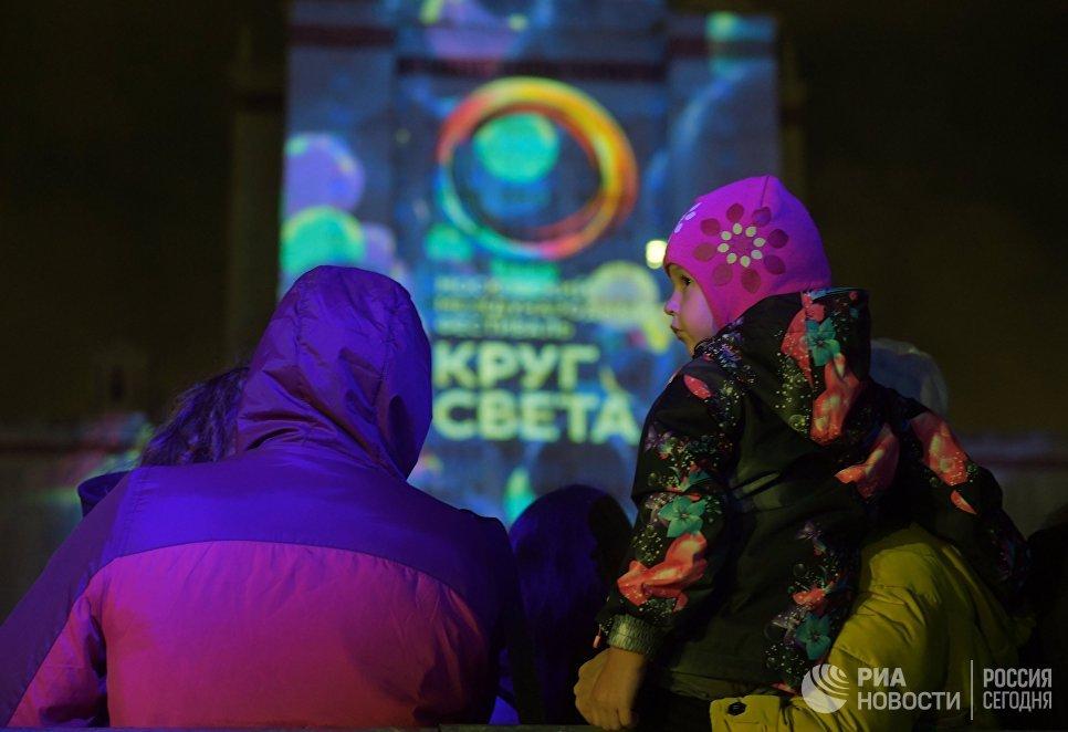 Зрители на церемонии открытия Московского международного фестиваля Круг света в Москве