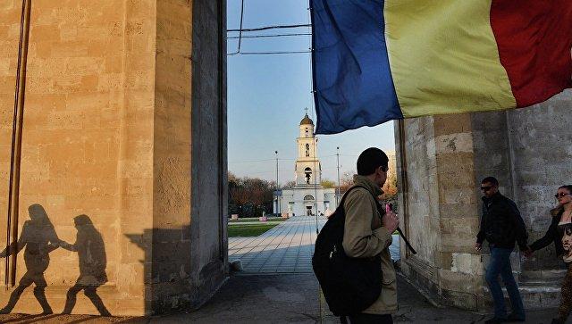 Флаг Молдавии на центральной площади города Кишинева. Архивное фото