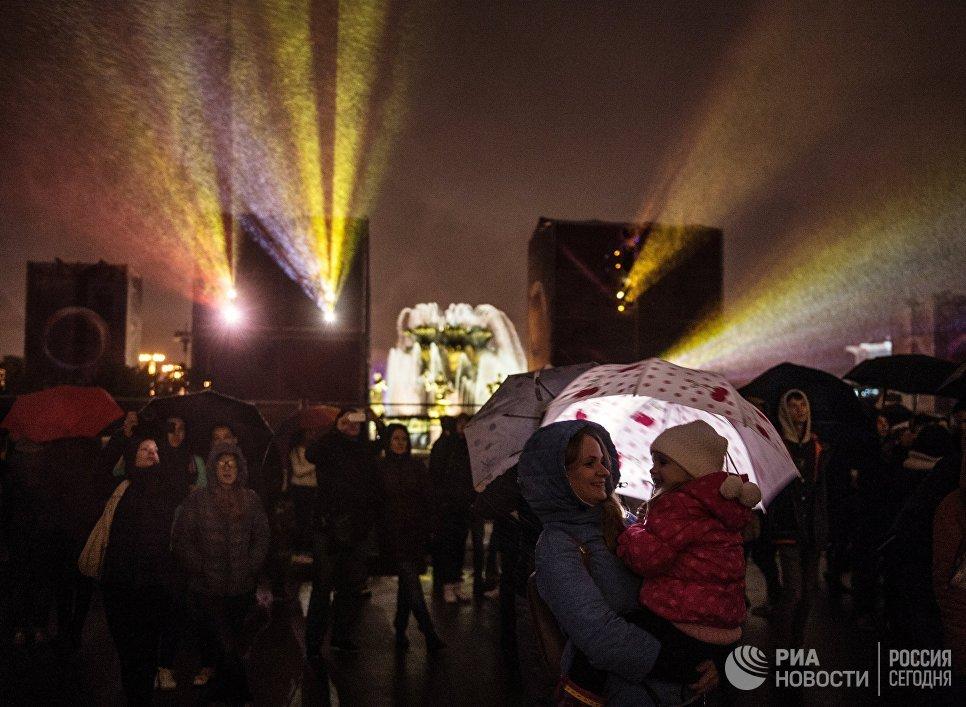 Зрители во время церемонии открытия Московского международного фестиваля Круг света на ВДНХ в Москве