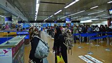 Пассажиры проходят паспортный контроль в международном аэропорту Хазрат Шахджалал города Дакка, Бангладеш. Архивное фото