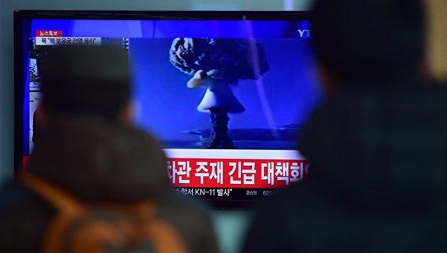 Новости об испытании водородной бомбы в КНДР на экране телевизора в сеульском метро, Республика Корея. Архивное фото