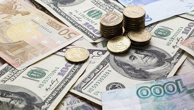 Доллары, рубли и евро. Архивное фото