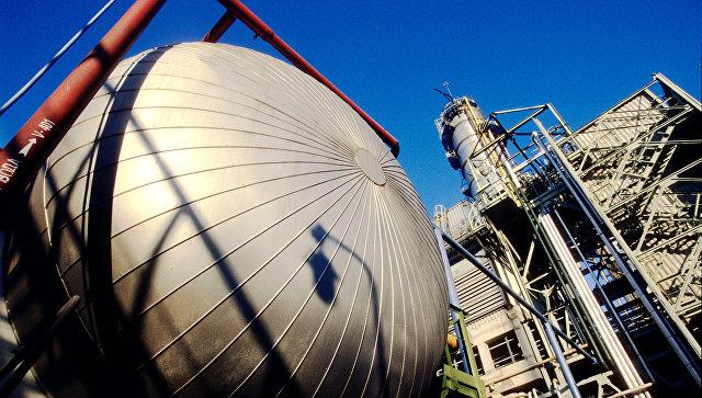 Нефтеперегонный завод ОАО Сургутнефтегаз . Архивное фото