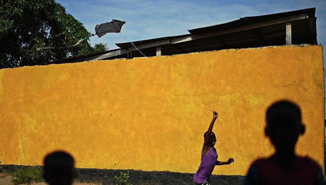 Девочка на улице Бужумбуры, столицы Бурунди. Архивное фото