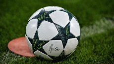 Футбольный мяч на поле. Архивное Фото.