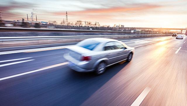 Автомобиль, движущийся на большой скорости