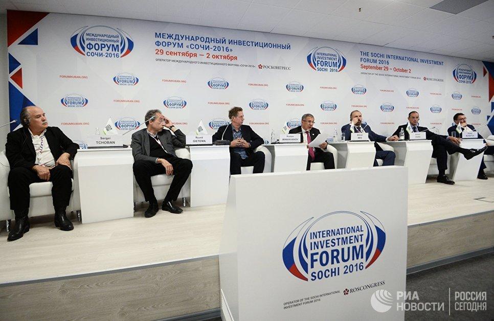 Президент Республики Татарстан Рустам Минниханов выступает на международном инвестиционном форуме Сочи 2016