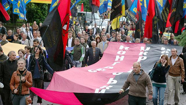Сторонники Украинской повстанческой армии (ОУН-УПА) во время марша в день Праздника Героев во Львове