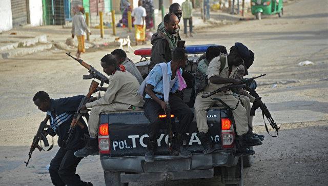 Три человека погибли при взрыве бомбы встолице Сомали