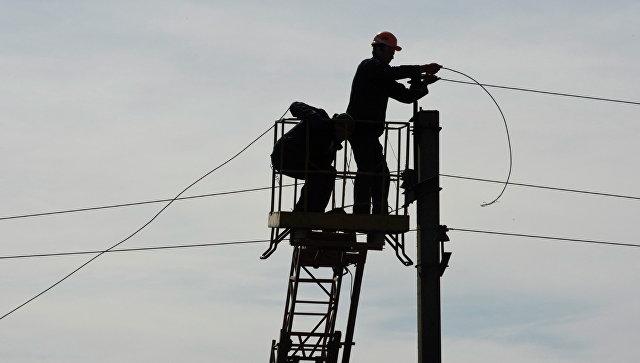 Рабочие восстанавливают линию электропередач в Донецкой области. Архивное фото