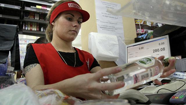 Кассир пробивает водку в одном из магазинов Омска. Архивное фото