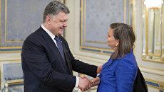 Президент Украины Петр Порошенко и помощник госсекретаря США Виктория Нуланд во время встречи в Киеве. Архивное фото