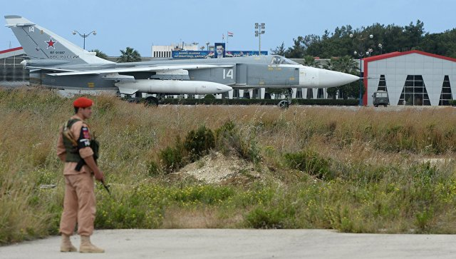 Российский самолет Су-24 на взлетно-посадочной полосе на авиабазе Хмеймим в Сирии. Архивное фото