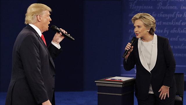 Дональд Трамп и Хиллари Клинтон во время предвыборных дебатов. 10 октября 2016