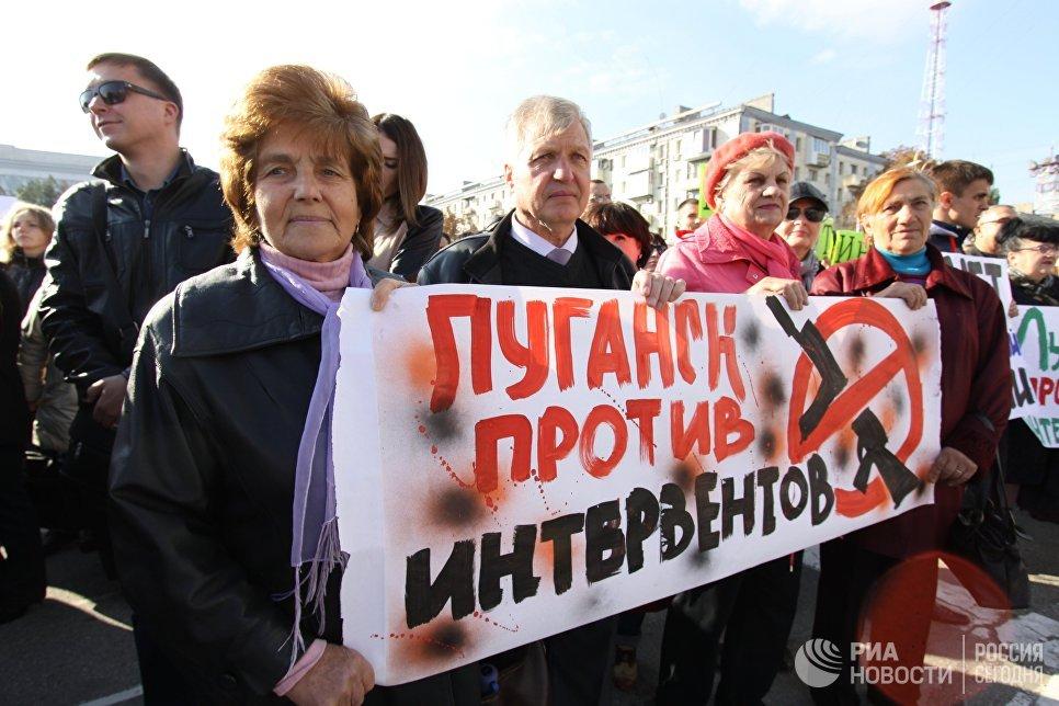 Участники митинга в Луганске против иностранной вооруженной миссии на Донбассе