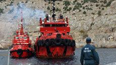 Корабли со спасенными членами экипажа плавучего крана, затонувшего у берегов Крыма, в порту Балаклавы. Архивное фото