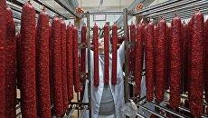 Сотрудник во время производства мясных деликатесов. Архивное фото