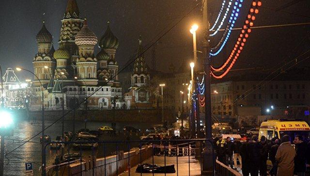 На месте убийства политика Бориса Немцова, который был застрелен на Москворецком мосту. Архивное фото