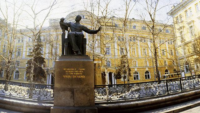 Памятник П.И.Чайковскому у здания Московской консерватории