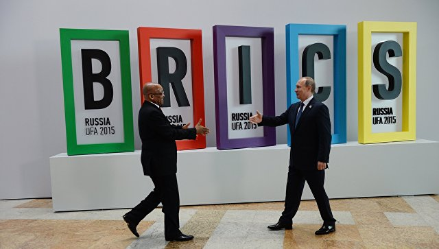 Президент Российской Федерации Владимир Путин и президент Южно-Африканской Республики Джейкоб Зума на церемонии приветствия лидеров БРИКС. Архивное фото