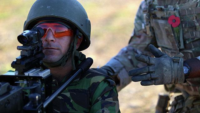 Британский военный инструктор обучает солдата. Архивное фото
