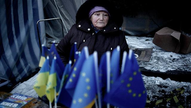 Продажа флажков Евросоюза и Украины в Киеве, Украина. Архивное фото
