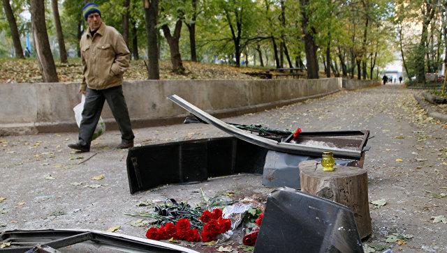 Цветы у места гибели командира ополченцев Арсения Павлова в Донецке