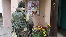 Цветы и свечи у подъезда дома в Донецке, в котором при взрыве в лифте погиб командир одного из подразделений ополчения ДНР Арсен Павлов. 18 октября 2016