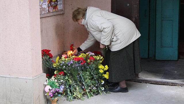 Цветы и свечи у подъезда дома в Донецке, в котором при взрыве в лифте погиб командир одного из подразделений ополчения ДНР Арсен Павлов. Архивное фото