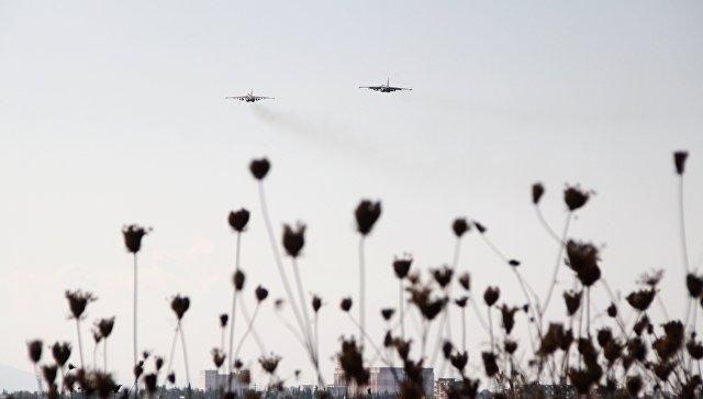 Российские штурмовики Су-25 в небе над авиабазой Хмеймим в Сирии. Архивное фото
