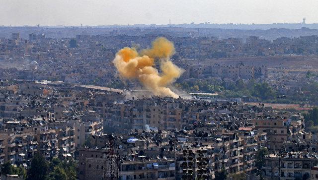 Дым от взрыва в районе гуманитарного коридора, подготовленного для вывода мирных жителей и боевиков в Алеппо. 20 октября 2016