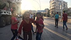 Сирийские дети рядом с гуманитарным коридором Бустан аль-Каср на границе восточного и западного Алеппо. Архивное фото