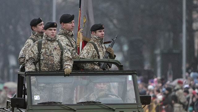 Солдаты Латвийской армии во время военного парада. Архивное фото