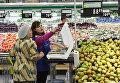 Покупатель в отделе овощей и фруктов