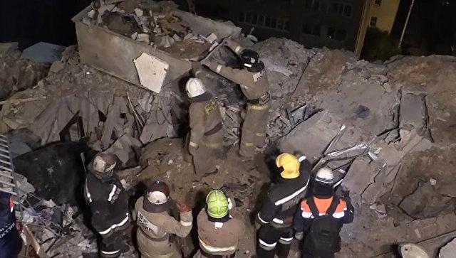Спасатели разбирали и грузили в контейнер обломки после взрыва газа в Рязани