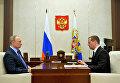 Президент РФ Владимир Путин и председатель правительства РФ Дмитрий Медведев во время встречи в резиденции Ново-Огарево. 25 октября 2016
