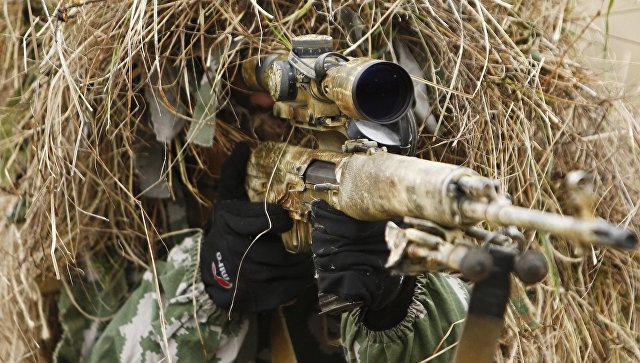 Снайпер во время военных учений. Архивное фото