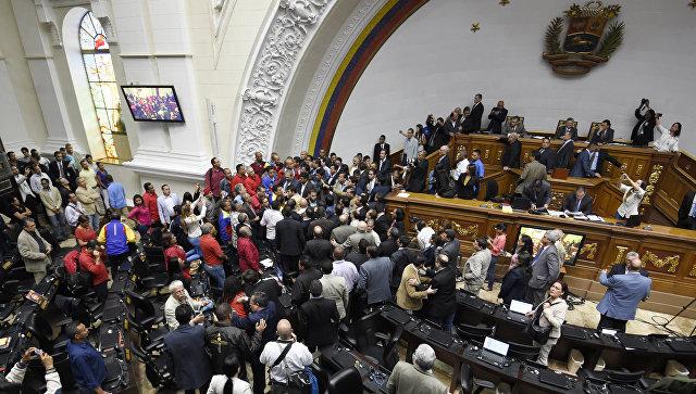 Оппозиционные депутаты и сторонники правительства во время заседания Национальной ассамблеи (парламента) Венесуэлы в Каракасе. Архивное фото