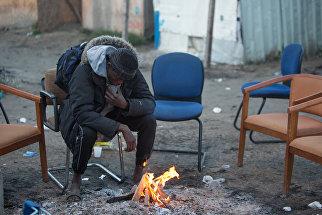 Беженец в лагере Джунгли в Кале во Франции
