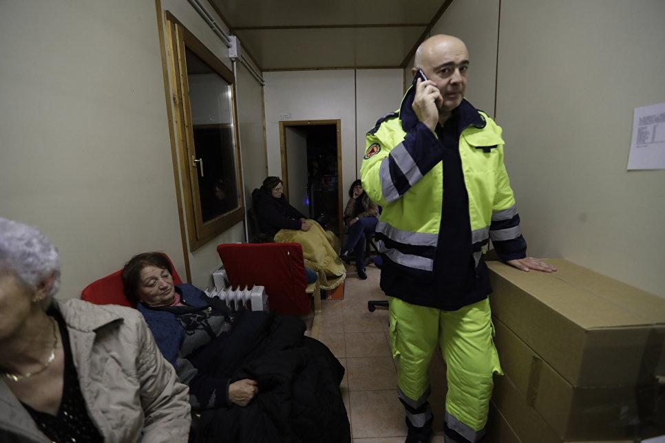 Мэр итальянского города Виссо Giuliano Pazzaglini в офисе красного креста переполненного жителями, 27 октября 2016 года