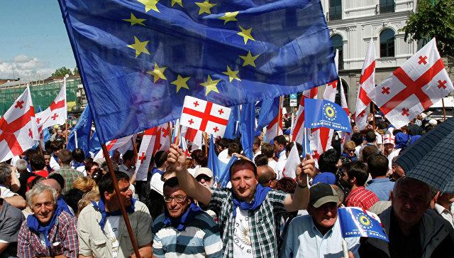 Сторонники евроинтеграции с флагами Грузии и ЕС в Тбилиси. Архивное фото